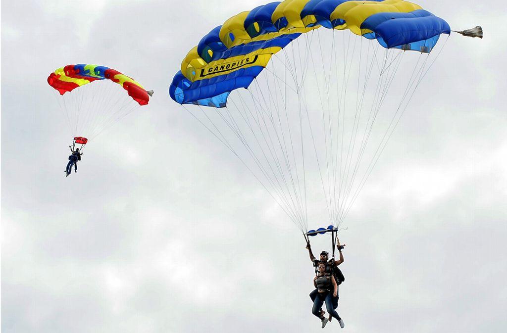 Ein Mann hatte Probleme mit seinem Fallschirm – mit tödlichen Folgen (Symbolfoto). Foto: dpa