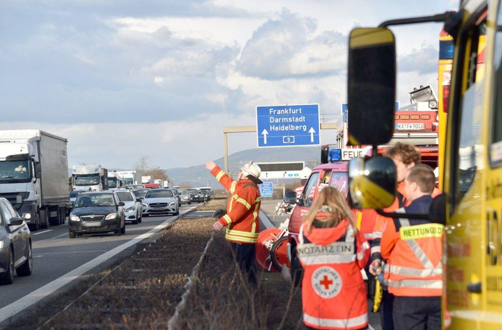Verkehrsunfälle ziehen leider immer wieder die Blicke von Neugierigen an – Sichtschutzwände sollen das in Zukunft vermeiden (Symbolbild). Foto: dpa