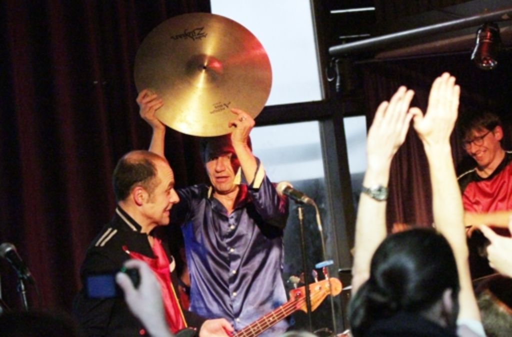 Schorsch Kamerun nimmt am Ende des Konzerts seiner Band Die Goldenen Zitronen das Schlagzeug auseinander – und den Club Schocken gleich mit dazu. Mehr Bilder vom Montagabend gibt's in der folgenden Fotostrecke. Foto: Jan Georg Plavec