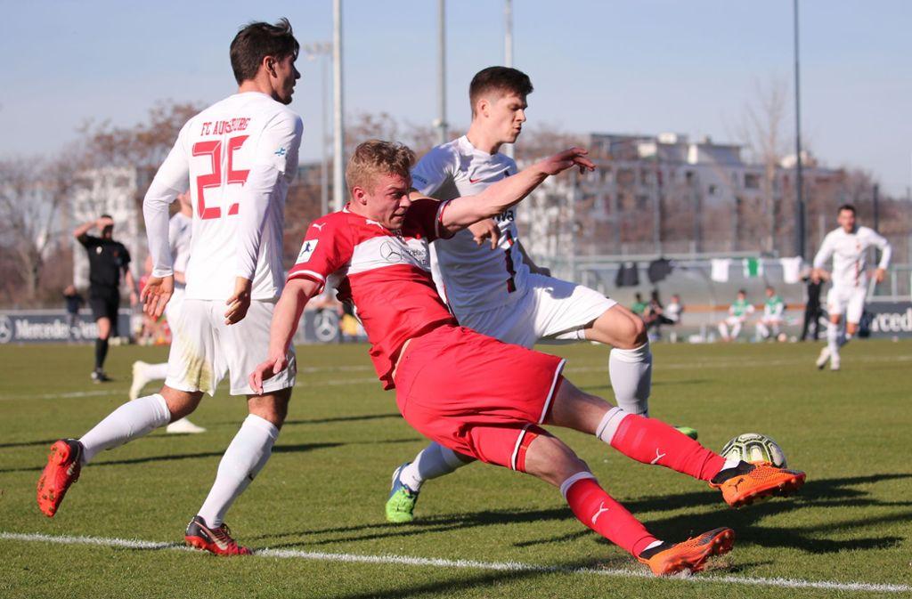 Stürmer Jan Ferdinand (Mi.): Es fehlt an Durchschlagskraft in der Offensive des VfB II. Foto: Baumann