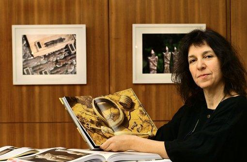 Rose Hajdu zeigt den Hirschlander Krieger