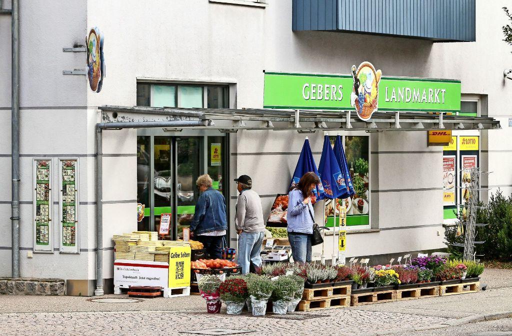 Der Laden in der Ortsmitte ist auch ein wichtiger Treffpunkt. Foto: factum/Bach