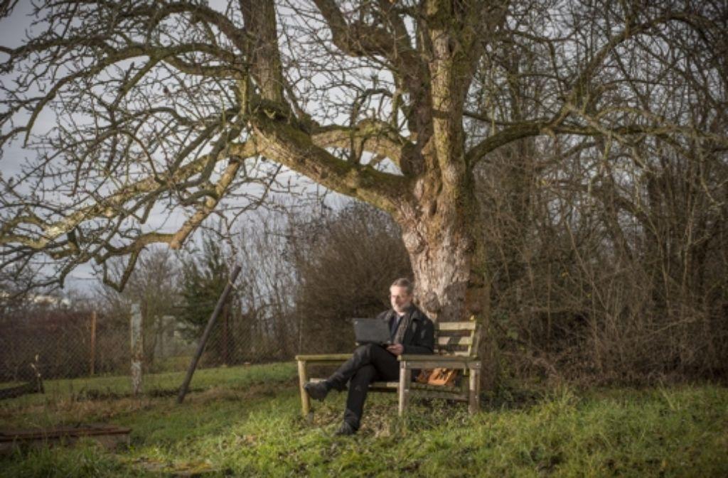 Mit Laptop unter dem Birnbaum: In seinem Garten hat Joseph Michl alles, was er als Analysierer und Selbstversorger zum Leben braucht. Foto: Martin Stollberg