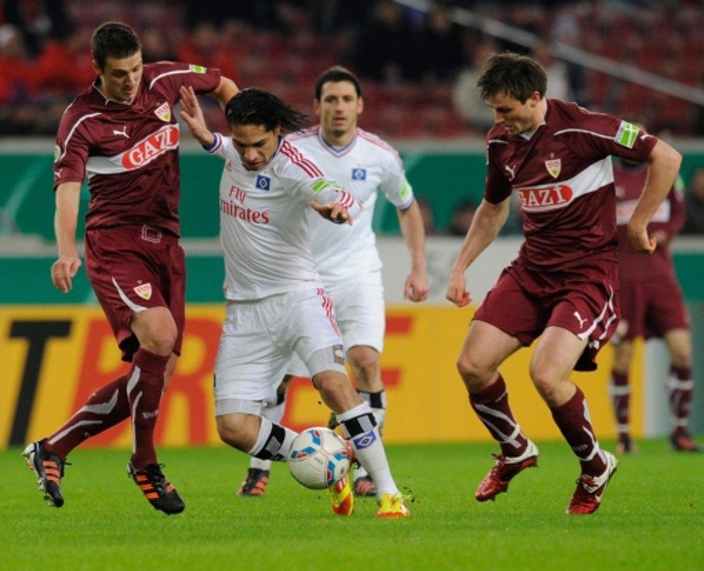Ein Duell auf Augenhöhe: Hamburgs Paolo Guerrero (Mitte) und die VfB-Spieler Zdravko Kuzmanovic (links) und William Kvist (rechts). Foto: dapd
