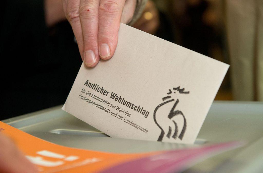 Ein Wähler stimmt ab. Die evangelische Kirche lässt ihre Mitglieder über die Ämterbesetzung abstimmen. Foto: dpa/Marijan Murat