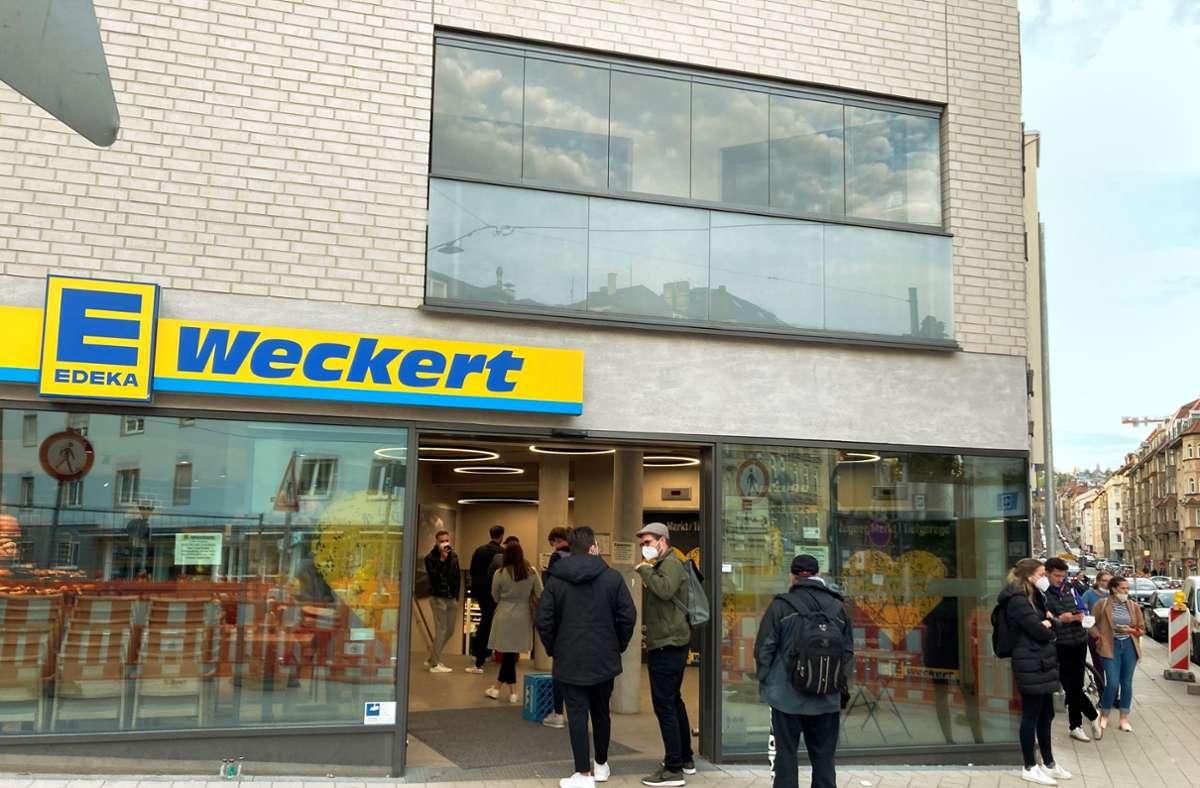 Die Ampel zeigt Rot: Vor dem Supermarkt im Stuttgarter Westen bildet sich eine  lange Schlange.Foto: StZ Foto: