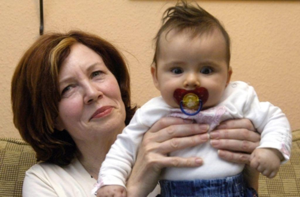 Die älteste Mutter Deutschlands: 2005 posierte Annegret R. mit ihrer  Tochter Lelia  in ihrem Haus in Berlin-Spandau. Jetzt hat sie  Vierlinge geboren Foto: dpa