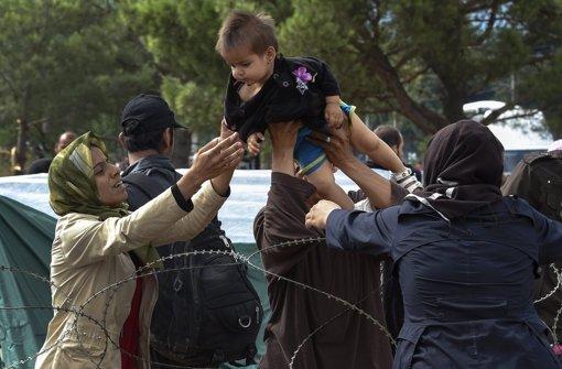 Streitkräfte lassen Flüchtlinge  ungehindert passieren