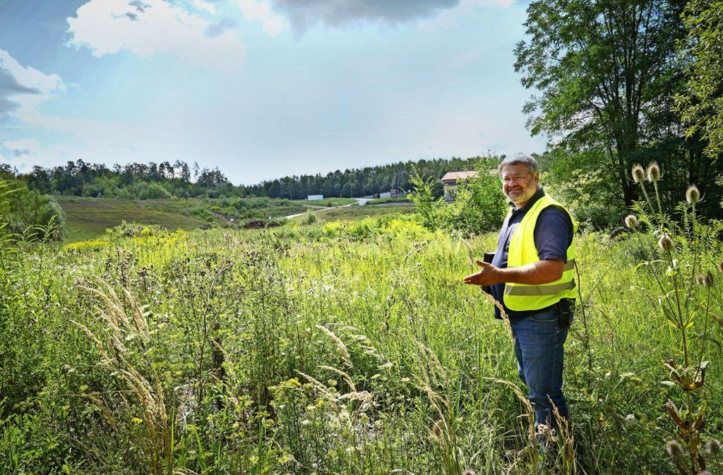 Jürgen Trautner kennt die Kreisdeponie in Backnang und ihre teils seltenen,  streng geschützten tierischen Bewohner gut. Foto: Edgar Layher