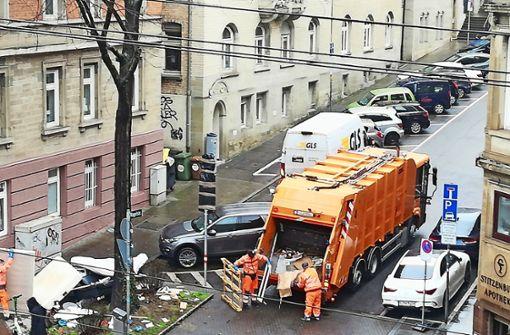 Stadt räumt wilde Mülldeponie  ab