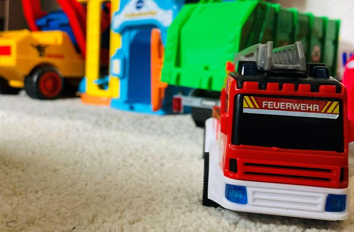Das Leben ist für Eltern derzeit sehr verwirrend. Sehr gut: Im Kinderzimmer sind zumindest die Einsatzfahrzeuge schon startklar. Hilfe naht. Foto: privat/Setzer