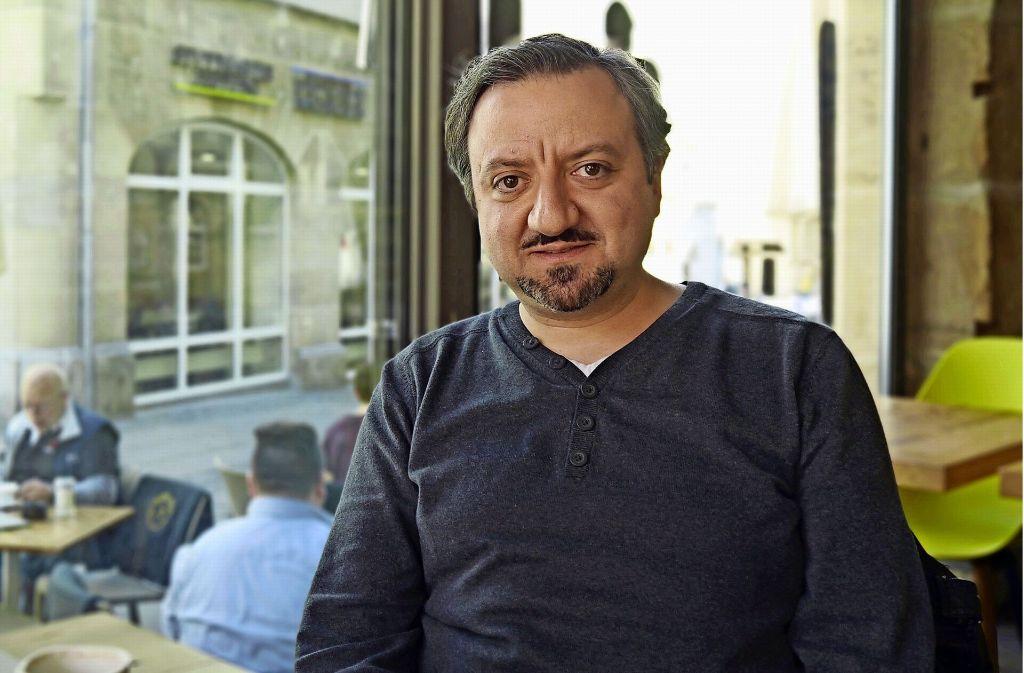 Der Studienrat Hakan Turan ist gläubiger Moslem. In seiner Freizeit setzt er sich kritisch mit dem Koran auseinander. Seine Ergebnisse veröffentlicht er auf einem Blog. Foto: Marta Popowska