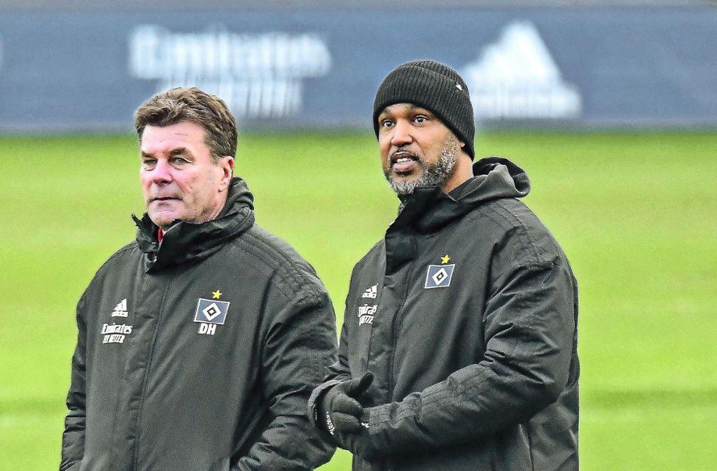 Patrick Esume (rechte) unterstützt die Arbeit von HSV-Coach Dieter Hecking.Foto:imago/Oliver Ruhnke Foto: