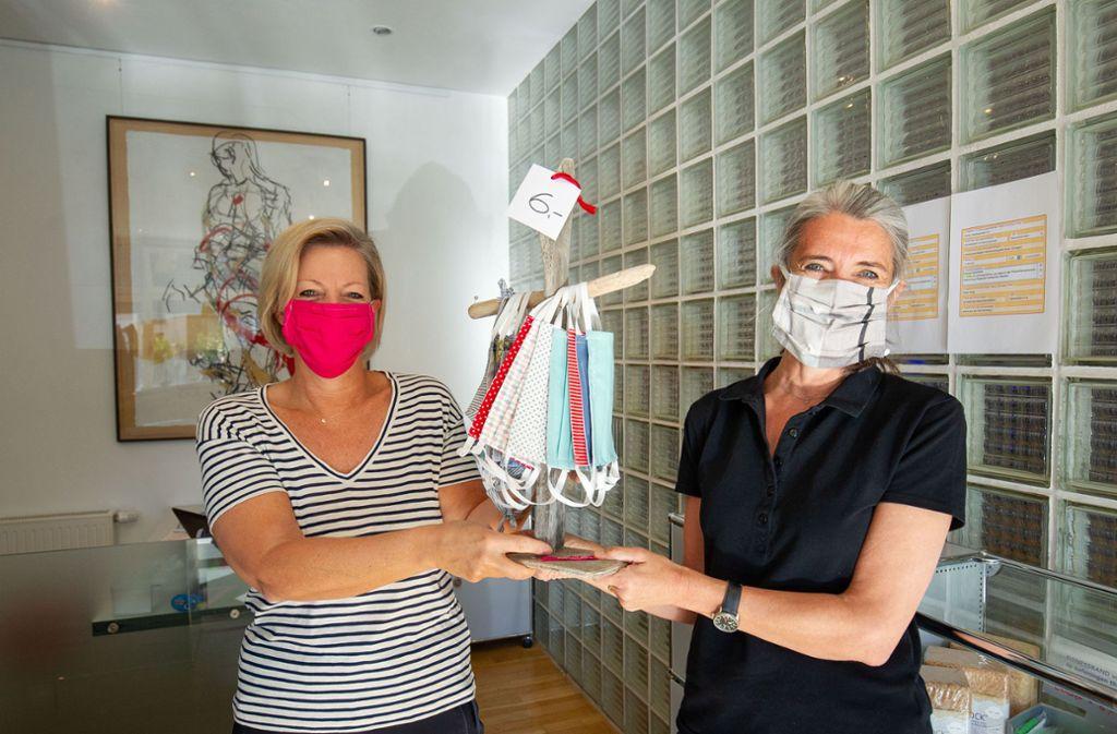 Martina Walter (links) hat den Verkauf am Empfang der Physiotherapiepraxis Faktum übernommen, Katja Haag zuvor fleißig genäht. Foto: Leif Piechowski