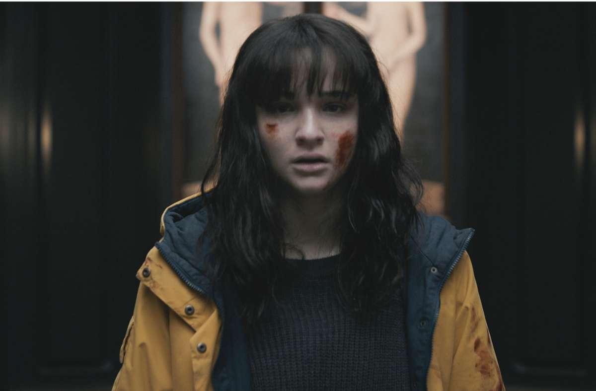 """Zeitreisende im gelben  Anorak: Lisa Vicari als Martha. Falls Sie die Mysteryserie auch so verwirrt wie uns: In unserer Bildergalerie verraten wir, wie alles in """"Dark"""" zusammenhängt. Foto: Netflix"""