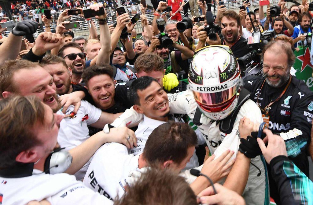 Jubel bei Mercedes: Lewis Hamilton feiert mit seinem Team den Grand-Prix-Sieg sowie den Konstrukteurs-Titel. Foto: AFP