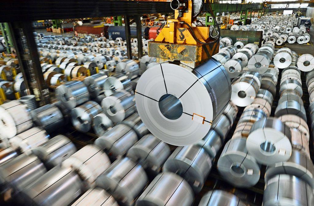 Stahlblechrolle:  Die von US-Präsident Donald Trump angedrohten Strafzölle  auf Stahl und Aluminium lösen in der EU Alarmstimmung aus. Foto: dpa