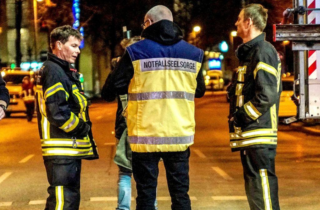 Ein Notfallseelsorger kümmert sich um die psychischen Folgen des dramatischen Unfalls im Nordbahnhofviertel. Foto: Sven Kohls/SDMG