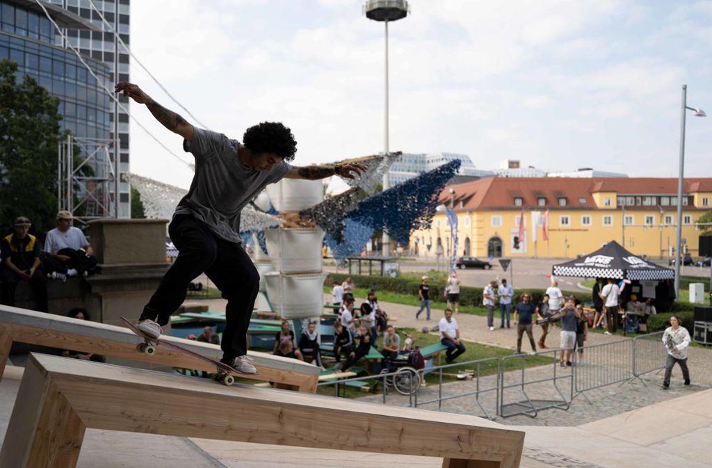 Amateure, Semi-Profis und Profis haben sich am Samstag zum Skate-Wettbewerb am Stadtpalais getroffen. Foto: Julia Schramm