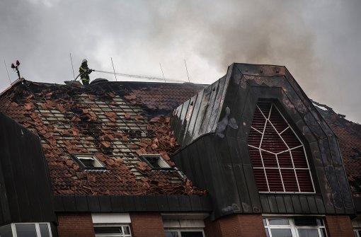 Nach Klinik-Brand laufen Ermittlungen weiter