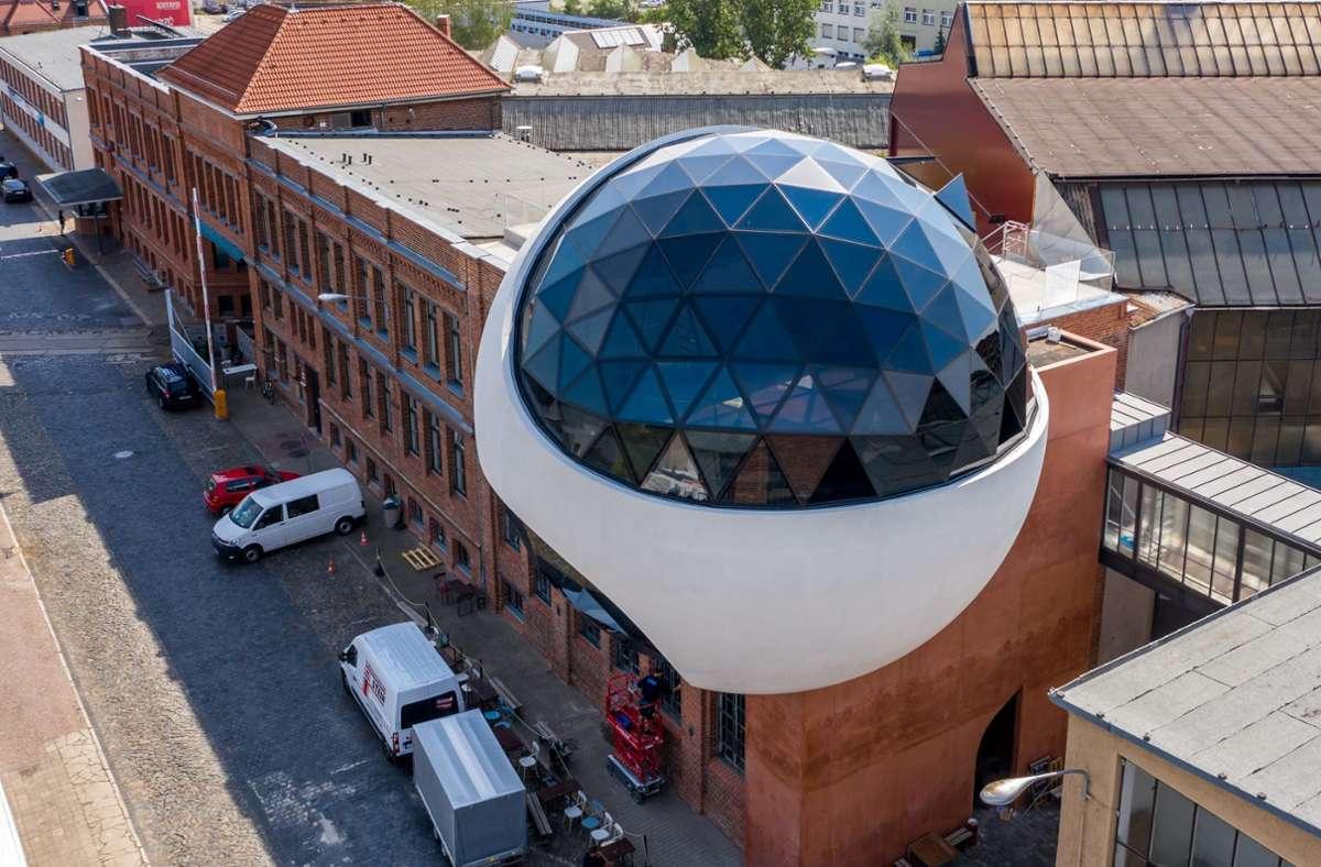 "Glaskugel trifft auf Backstein: die ""Niemeyer Sphere"" in Leipzig Foto: dpa/Jan Woitas"