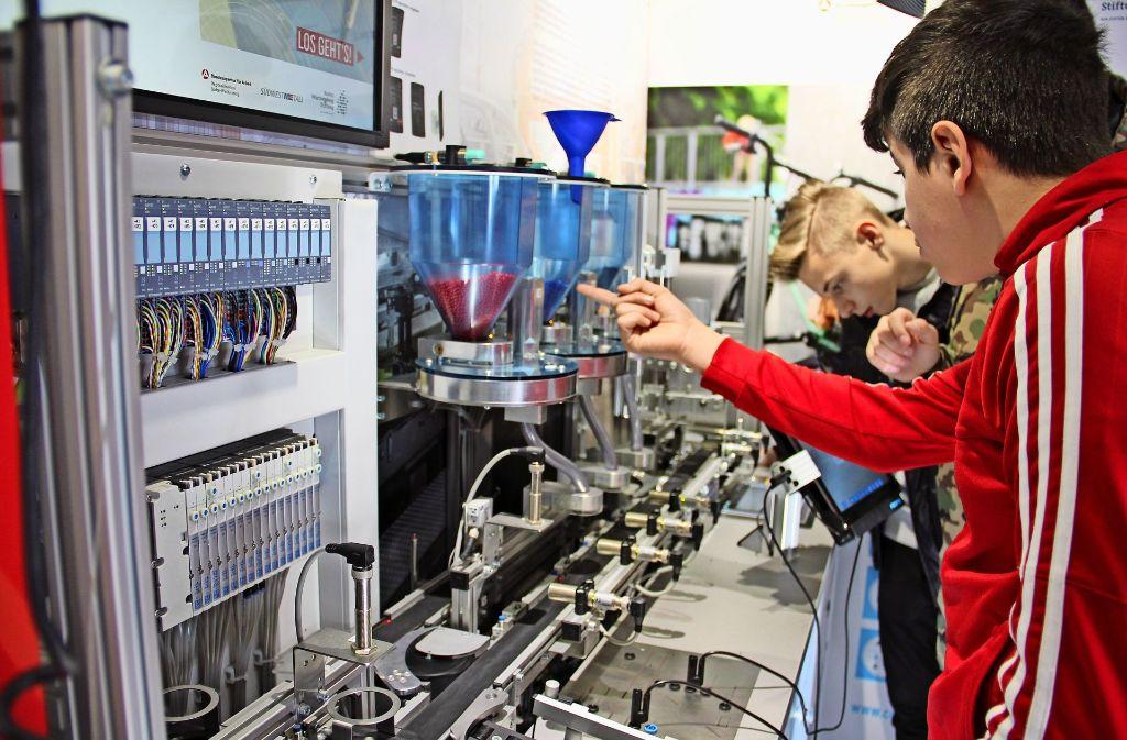 Im Ausstellungs-Truck bekommen Neuntklässler der Park-Realschule die Industrie nicht nur erklärt, sondern erleben intelligente Produktion auch hautnah. Foto: Marta Popowska