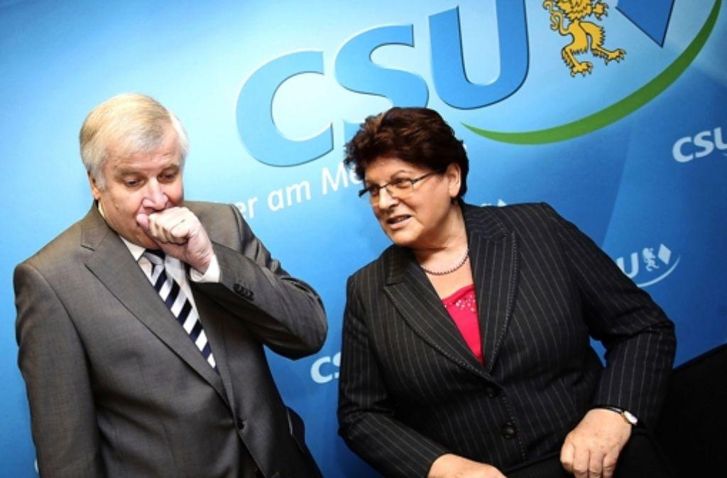 Horst Seehofer muss schwer schlucken: 56 CSU-Abgeordnete stehen auf der Sünderliste von Landtagspräsidentin Barbara Stamm. Foto: dpa