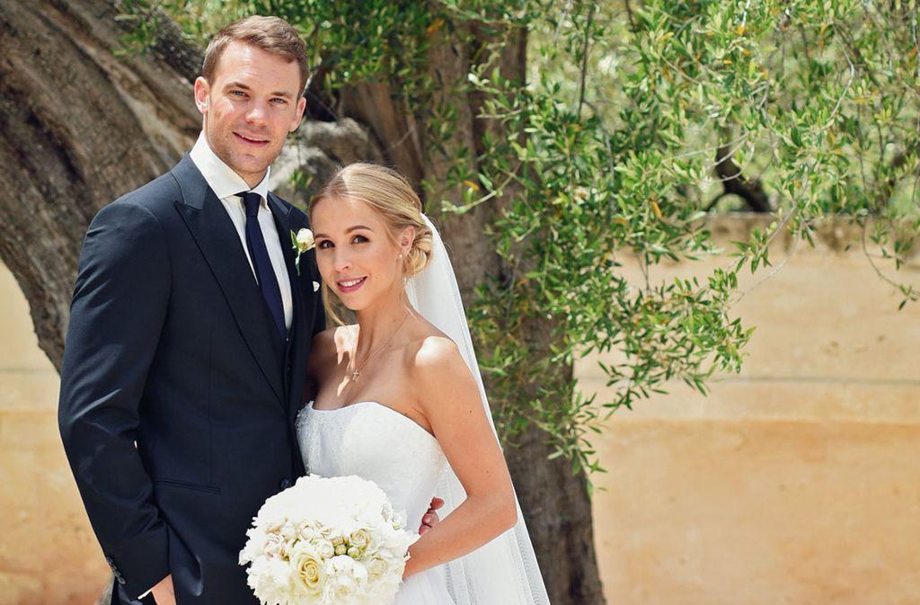 Die ersten Bilder: Manuel und Nina Neuer haben sich das Ja-Wort gegeben. Foto: Pia Clodi/peachesandmint.com/dpa/dpa