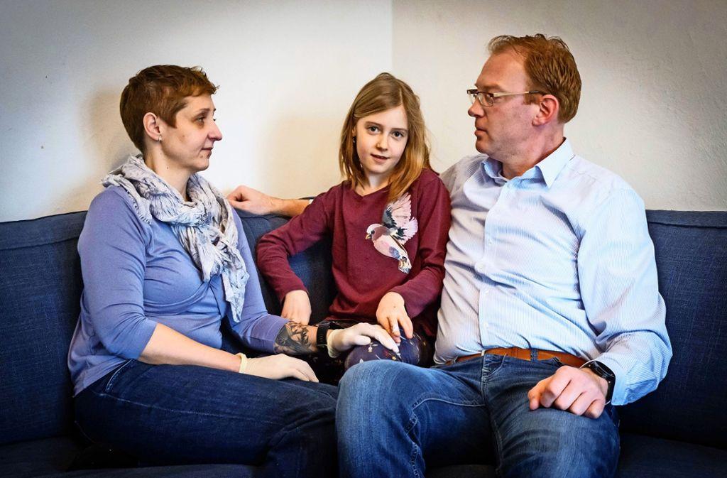 Silke und Steffen Müller und ihre Tochter hoffen auf die Typisierungsaktion. Foto: Lg/ Zweygarth