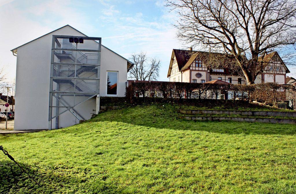 Die Fluchttreppe soll dem Anbau der Grundschule weichen.Foto: Klaus Nonnenmacher Foto: