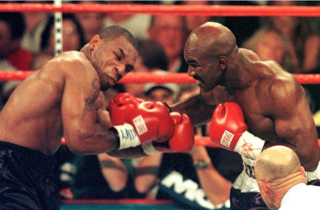 Sein größter Skandal-Kampf: Mike Tyson (links) im Kampf gegen Evander Holyfield am 28. Juni 1997. Foto:
