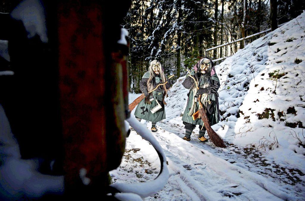 Die beiden Spiegelberger Wetzstoihexen sind heute ein Schabernack, früher fürchteten sich die Leute vor Unholdinnen. Foto: Gottfried Stoppel