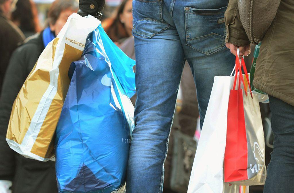 Wer seine Einkäufe in einer Plastiktüte nach Haus tragen möchte, muss dafür bezahlen. Foto: dpa