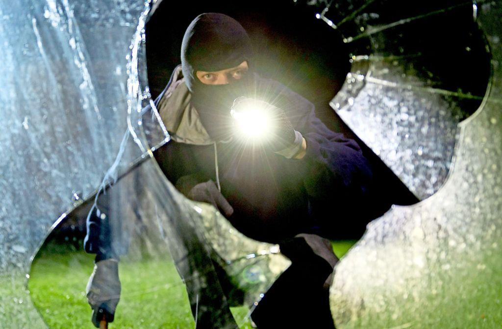 Einbrecher (Bild gestellt)  haben die Polizei in den vergangenen Jahren  auf Trab gehalten. Nun ist die Zahl der Delikte im Kreis Göppingen deutlich gesunken. Foto: dpa