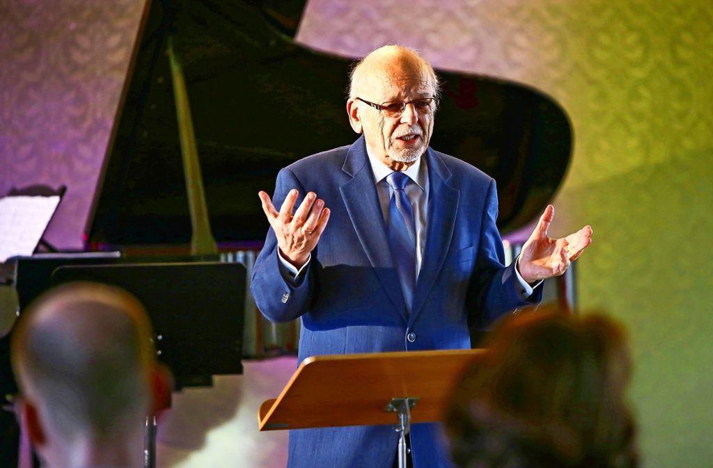 Kompetent und eloquent: Gerd Eicker führt in das Kammermusikkonzert ein. Foto: Veranstalter