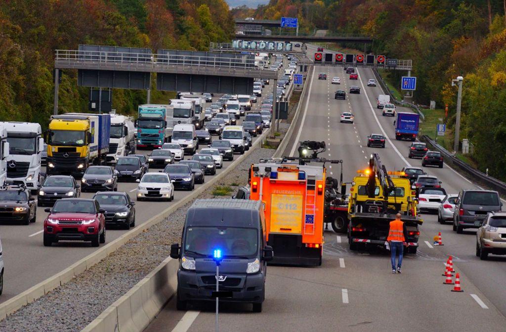 Ein Peugeot-Transporter hat am Mittwoch hinter dem Kreuz Stuttgart seine Ladung verloren. Foto: Andreas Rosar Fotoagentur-Stuttgart