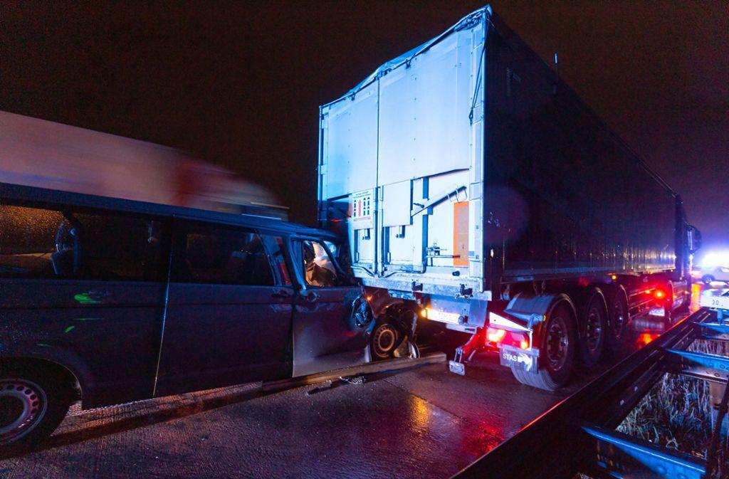 Die Ursache für den Unfall auf der A 8 bei Wendlingen ist bislang unklar. Foto: 7aktuell/Daniel Jüptner