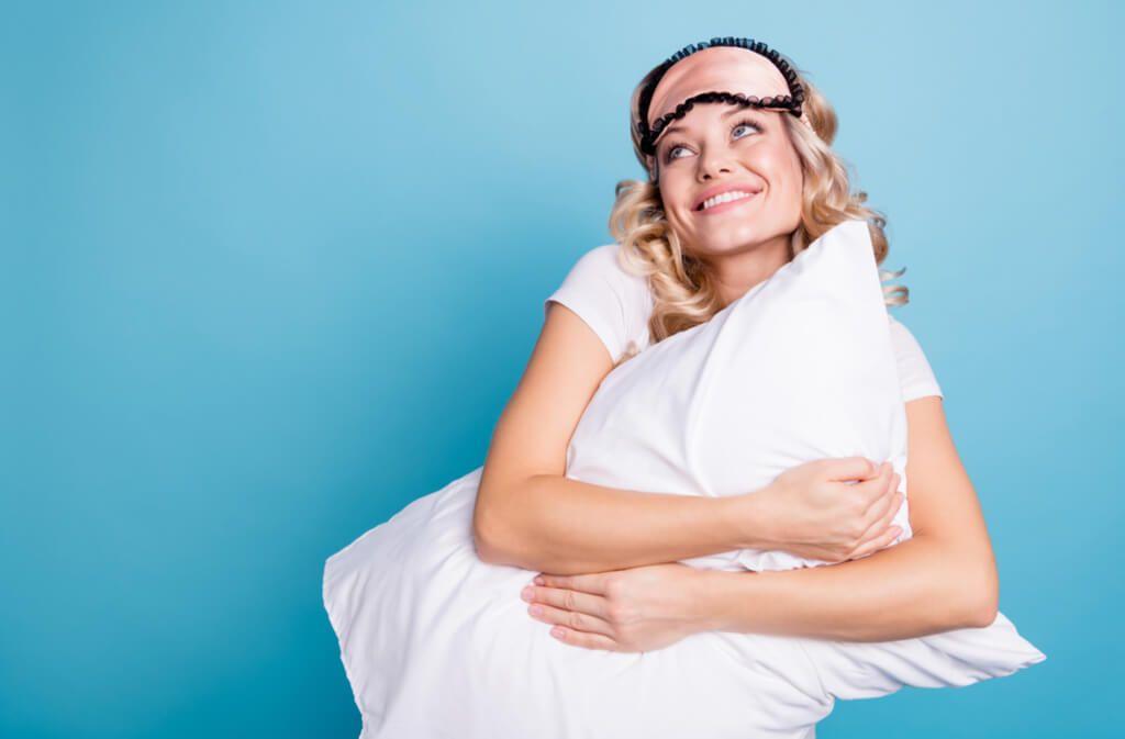 Ob Daunenkissen oder Federkissen. Erfahren Sie, wie man die einzelnen Kissenarten richtig wäscht. Alle Methoden im Überblick. Foto: Roman Samborskyi / Shutterstock.com