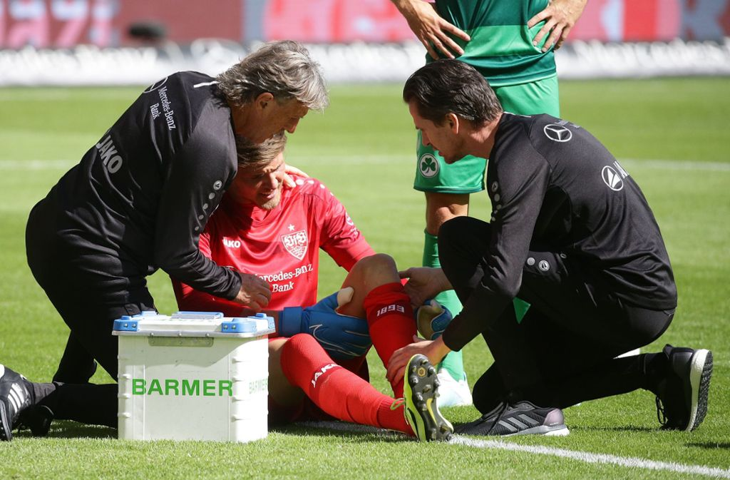 Schmerzhaft: Torhüter Gregor Kobel muss im Spiel des VfB Stuttgart gegen die SpVgg Greuther Fürth behandelt werden. Foto: Baumann