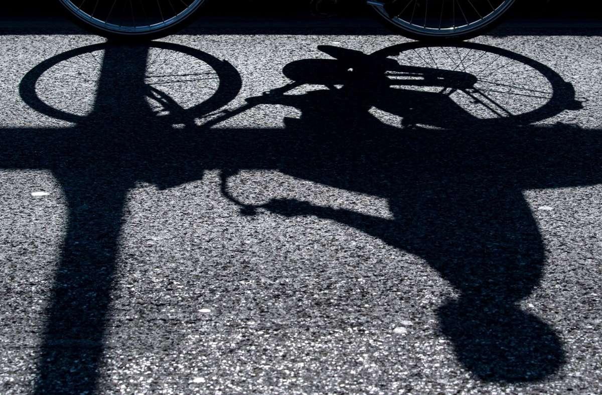 Beim Abbiegevorgang übersah ein Mercedesfahrer eine Radfahrerin und es kam zu einem schweren Unfall (Symbolfoto): Foto: picture alliance/dpa/Sven Hoppe