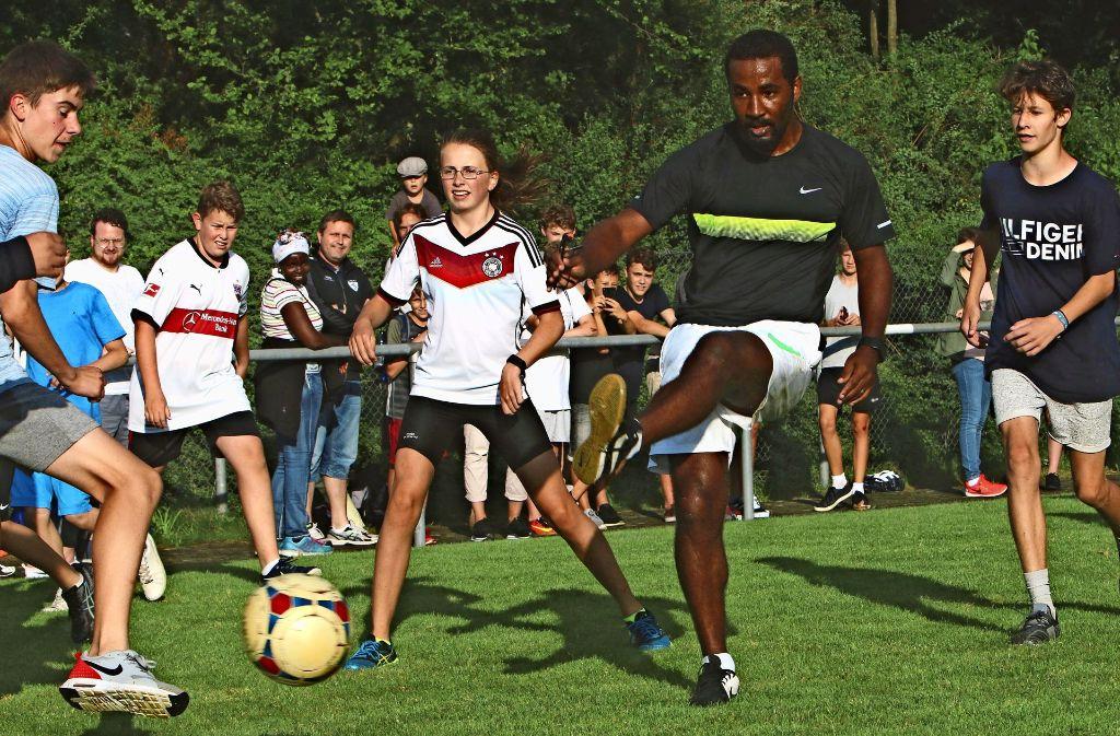 Der ehemalige Profi des VfB Stuttgart und deutsche Nationalspieler mischt bei den Jugendtagen in Rutesheim kräftig mit. Foto: Andreas Gorr