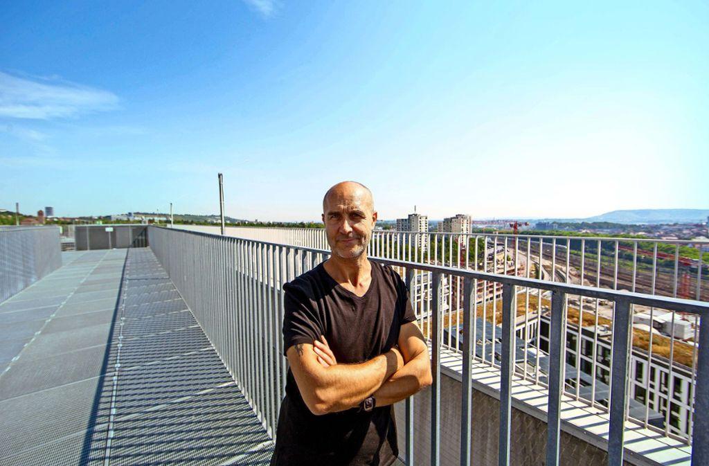 Antonio Arnesano zieht es oft auf die Aussichtsplattform der Stuttgarter Stadtbibliothek. Foto: Lichtgut/Leif Piechowski