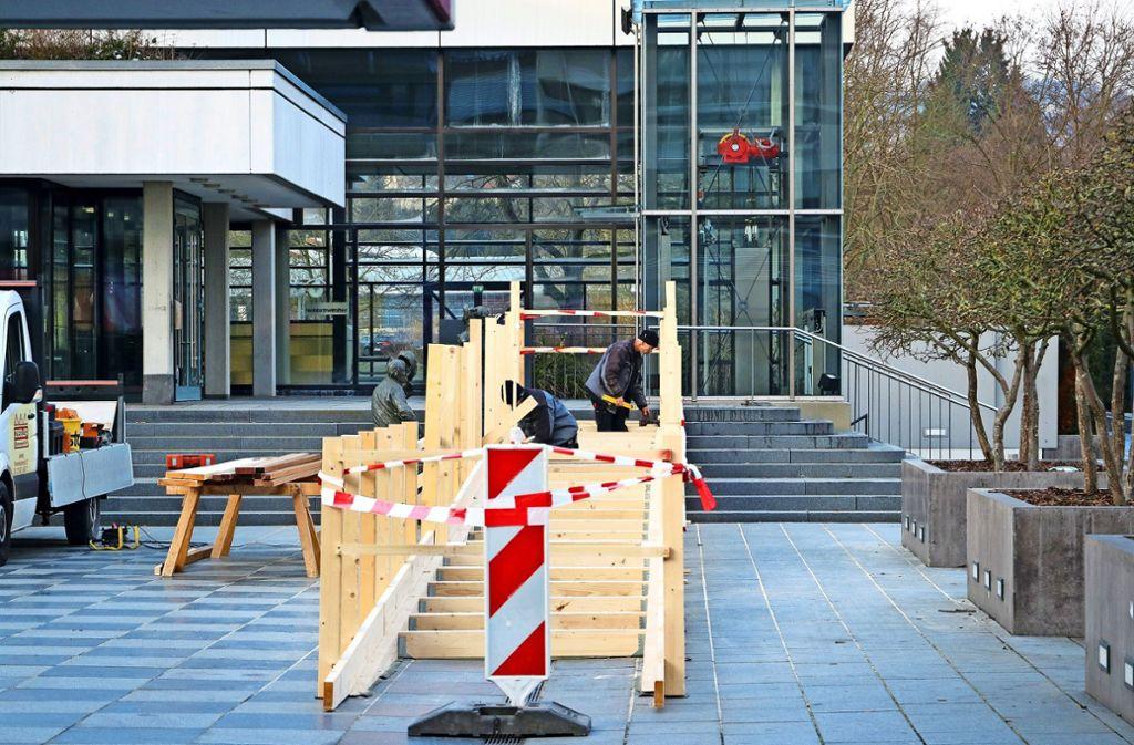In diesen Tagen wird die hölzerne Rampe zum Hallenbad gebaut. Foto: factum/Granville