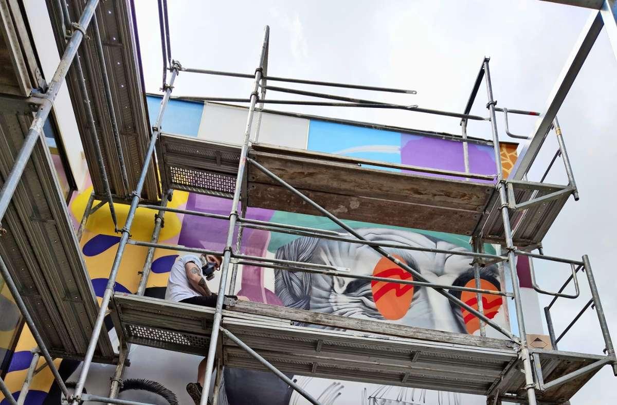 Das Graffito an der Außenterrasse will die Vielfalt der Menschen und Tätigkeiten im Haus symbolisieren. Foto: Kathrin Wesely