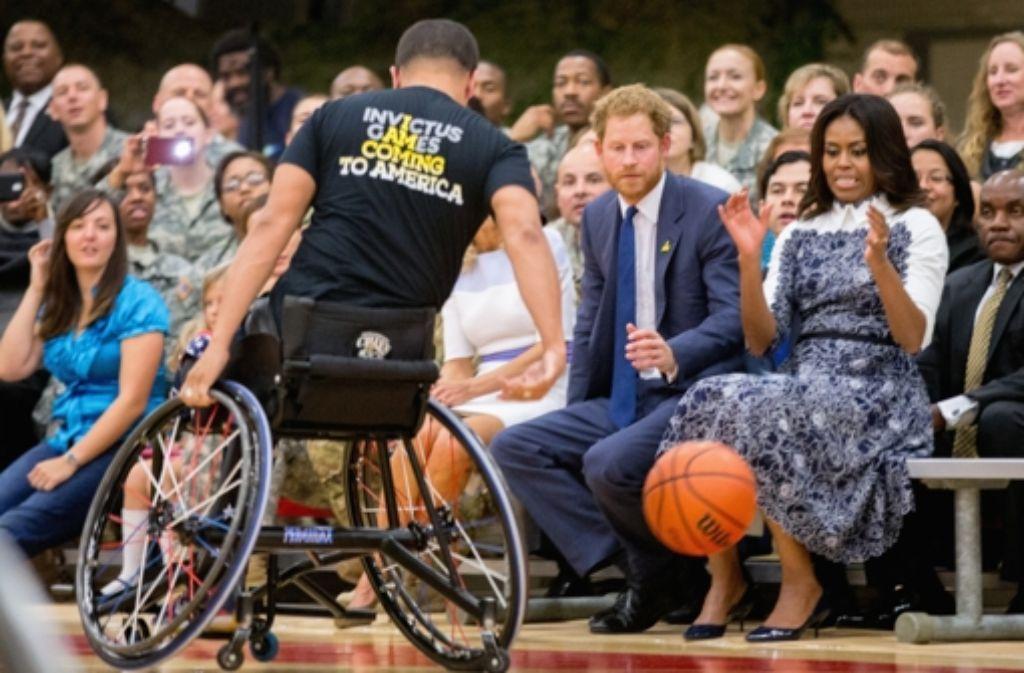 """Die US-amerikanischer First Lady Michelle Obama (rechts) und Prinz Harry haben auf einem Militärstützpunkt in Virginia für die """"Invictus Games"""" 2016 geworben. Foto: AP"""