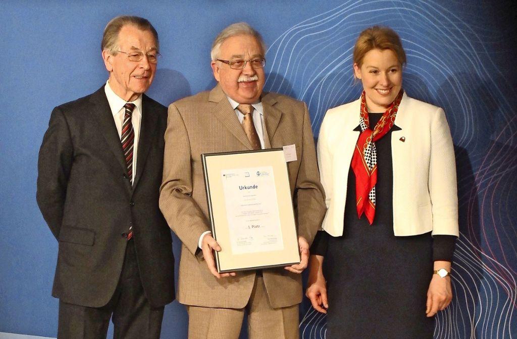 Otto Förstner steht zwischen Franz Müntefering und Franziska Giffey. Foto: Gemeinde Kernen