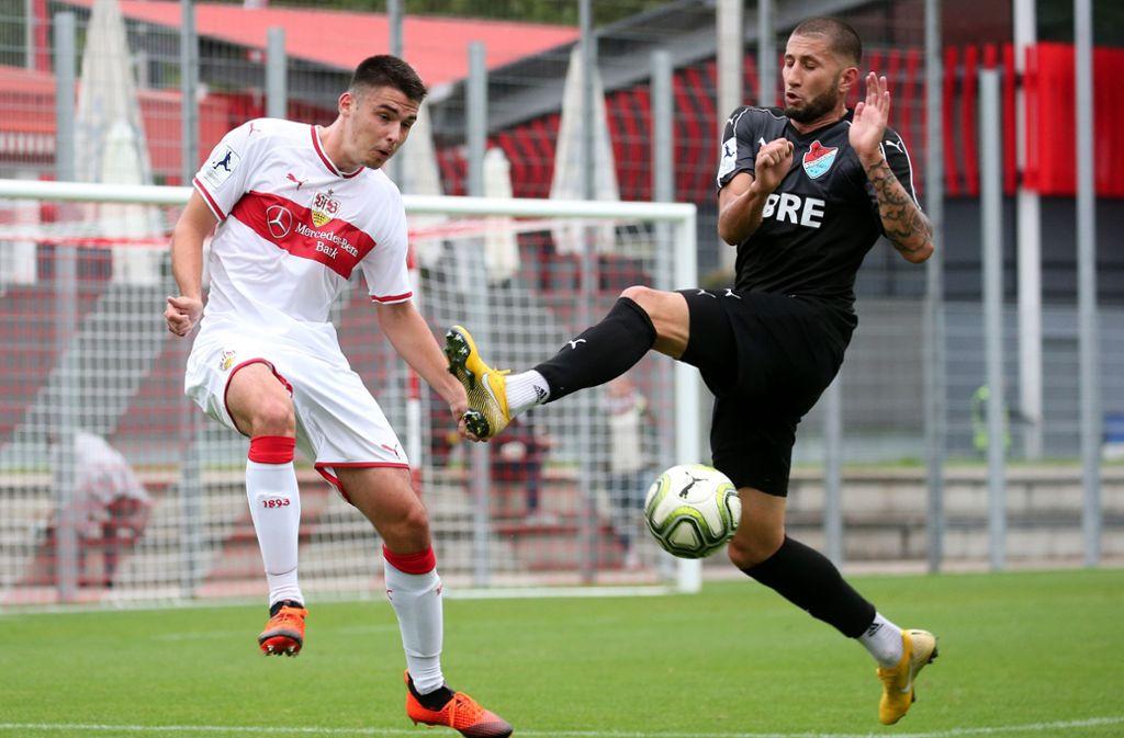 Abwehrspieler Mario Suver (links) und der VfB Stuttgart II müssen am Sonntag gegen den Regionalliga-Spitzenreiter SV Waldhof Mannheim ran. Foto: Baumann
