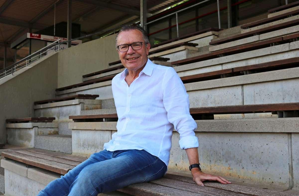 Rainer Seibold hat nie im Max-Graser-Stadion Fußball gespielt, es wurde erst nach seiner Zeit eingeweiht, aber der 68-Jährige fühlt sich beim SV Fellbach daheim. Foto: Eva Herschmann