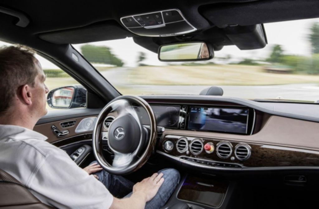 Der Mensch denkt, der Computer lenkt: autonomes Fahren im Praxistest. Foto: Daimler