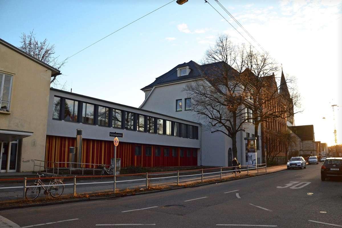 Die Turnhalle (links) wird saniert. Der Zwischenbau wird erweitert, dort soll künftig auch die Mensa sein. Das Haupthaus (recht) wird umgebaut. Foto: Archiv Sandra Hintermayr